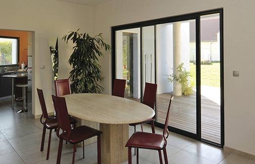 Pour une grande porte-fenêtre coulissante, l'alu est léger et robuste à la fois…